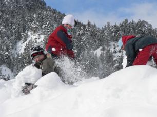 Enfants dans la neige à Névache